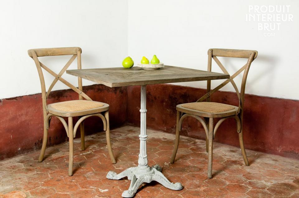 Charme du bois ancien avec cette table et ces chaises