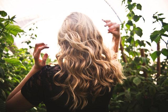 Avoir de long cheveux soyeux